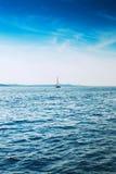 W błękitny morzu jachtu żeglowanie Obraz Stock