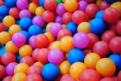 W basen jamie kolorowe piłki Zdjęcia Royalty Free