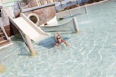 W basenie dziewczyny dopłynięcie zdjęcie royalty free