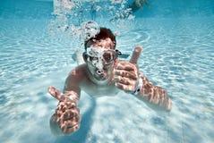 W basenie mężczyzna pławiki Zdjęcie Royalty Free