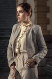W beżowym kostiumu stylowa biznes kobieta Fotografia Royalty Free
