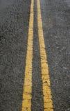 W betonowej drodze dwoiste żółte równoległe linie Obrazy Stock