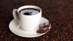 W białej filiżance kawy na kawowych fasolach z łyżką zapobiega cukier zdjęcie wideo