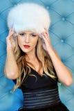 W biały futerkowym kapeluszu piękna kobieta fotografia royalty free