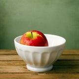 W biały pucharze świeży czerwony jabłko Obrazy Royalty Free