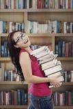W bibliotece atrakcyjny uczeń zdjęcia stock