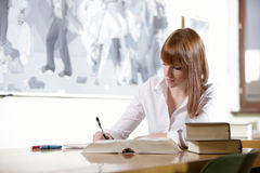 W bibliotece młody uczeń Obraz Stock