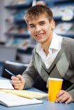 W bibliotece przystojny męski uczeń Obraz Royalty Free
