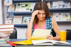 W bibliotece zaakcentowany żeński uczeń Fotografia Royalty Free