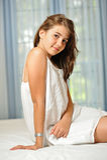 W biel sukni piękna nastoletnia dziewczyna w domu Zdjęcie Royalty Free