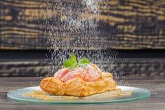 W biel talerzu piec jabłko Zdjęcie Royalty Free