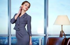 W biurze biznesowa kobieta zdjęcie royalty free