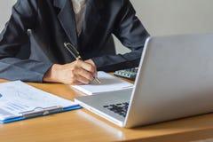 W biurze bizneswomanu działanie obraz stock