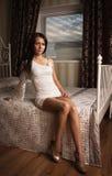 W boudoir atrakcyjna młoda kobieta Zdjęcia Stock