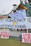 W Bucharest demonstracja sztandary Zdjęcia Royalty Free