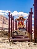 W budowie Buddha wizerunek w Yarchen Gar monasterze zdjęcia royalty free