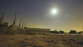 W budowie budynek w blasku księżyca Zdjęcia Stock