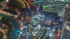 W budowie wieżowiec z żółtym budowa żurawiem w Dubaj nocy timelapse zbiory wideo