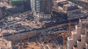 W budowie wieżowiec z żółtym budowa żurawiem w Dubaj timelapse zbiory