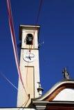 W caiello kościelny wierza dzwonu abstrakcjonistycznym słonecznym dniu Zdjęcia Royalty Free