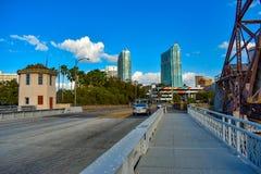 W Cass straat, ophaalbrug en kleurrijke skycrapers op het gebied van de binnenstad stock foto