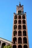 W castellanza abstrakcie i kościelny wierza dzwonu słonecznym dniu Zdjęcia Stock