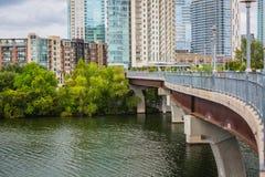 W centrum Austin na Pfluger Zwyczajnym moście Kolorado rzece i fotografia stock