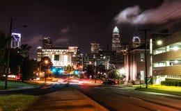 W centrum Charlotte przy nocą w lecie Obraz Royalty Free