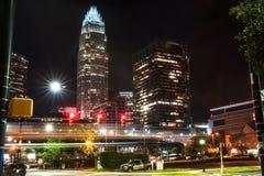 W centrum Charlotte przy nocą w lecie Fotografia Stock