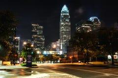 W centrum Charlotte przy nocą w lecie Fotografia Royalty Free