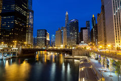 W centrum Chicago Chicagowska rzeka i Riverwalk przy półmrokiem, Zdjęcia Royalty Free