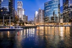 W centrum Chicagowscy nocy światła obraz royalty free