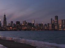 W centrum Chicagowska linia horyzontu przy półmrokiem zdjęcia royalty free