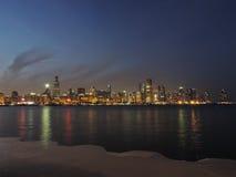 W centrum Chicagowska linia horyzontu przy półmrokiem zdjęcia stock