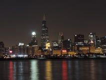 W centrum Chicagowska linia horyzontu przy półmrokiem obraz stock