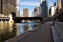 W centrum Chicagowski Rzeczny widok na riverwalk fotografia stock