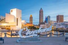 W centrum Cleveland linia horyzontu od brzeg jeziora fotografia royalty free