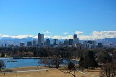 W centrum Denver, Kolorado drapacze chmur z Skalistymi górami ja Zdjęcia Stock