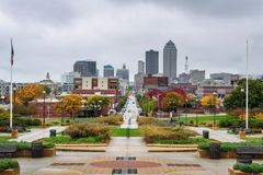 W centrum Des Moines przeglądać od Iowa stanu Capitol obraz royalty free