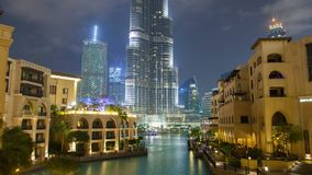 W centrum Dubaj przy nighttime upływem Niecka up zbiory