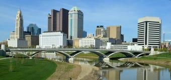 W centrum Kolumb Ohio linii horyzontu ulicy Bogaty most obraz stock