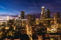 W centrum Los Angeles linia horyzontu przy nocą Obrazy Royalty Free