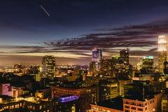 W centrum Los Angeles linia horyzontu przy nocą Zdjęcie Stock