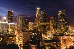 W centrum Los Angeles linia horyzontu przy nocą Fotografia Stock
