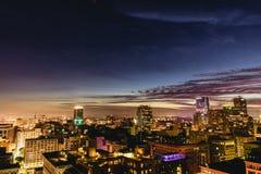 W centrum Los Angeles linia horyzontu przy nocą Obrazy Stock