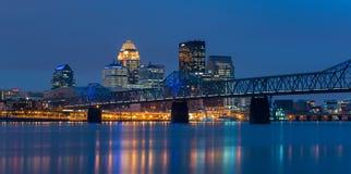 W centrum Louisville przy nocą Zdjęcia Stock