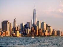 W centrum Manhattan linia horyzontu przy zmierzchem Obrazy Stock