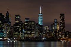 W centrum Manhattan nocy widok od mosta brooklyńskiego parka obraz stock