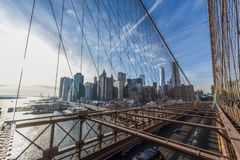 W centrum Manhattan przy zmierzchem od mostu brooklyńskiego obraz stock