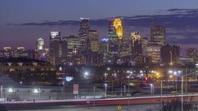 W centrum Minneapolis iluminuje podczas zmierzchu kompresującego przeciw długiemu ujawnienie ruchowi drogowemu 4K UHD Timel i d zdjęcie wideo